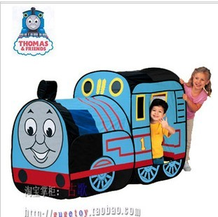仿真托马斯火车头的设计,让小朋友去钻进托马斯火车的车门,幻想着开着